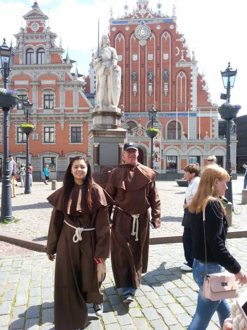 Туристы в Костюмах 1